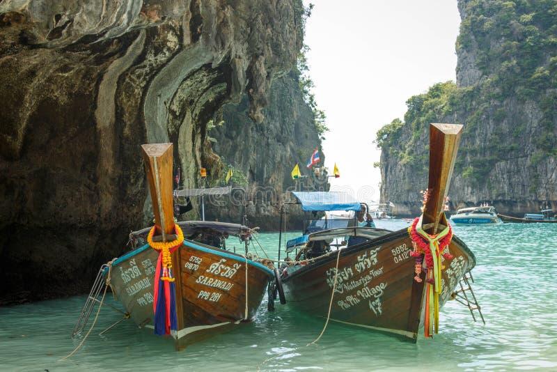 Παραδοσιακή βάρκα longtail στον κόλπο της Maya, Phi Phi νησί Leh, Ταϊλάνδη στοκ εικόνα με δικαίωμα ελεύθερης χρήσης