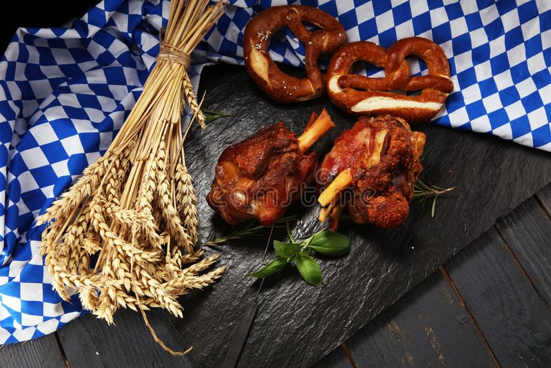Παραδοσιακή γερμανική κουζίνα, ψημένα Schweinshaxe hock ζαμπόν και pretzels στοκ εικόνες