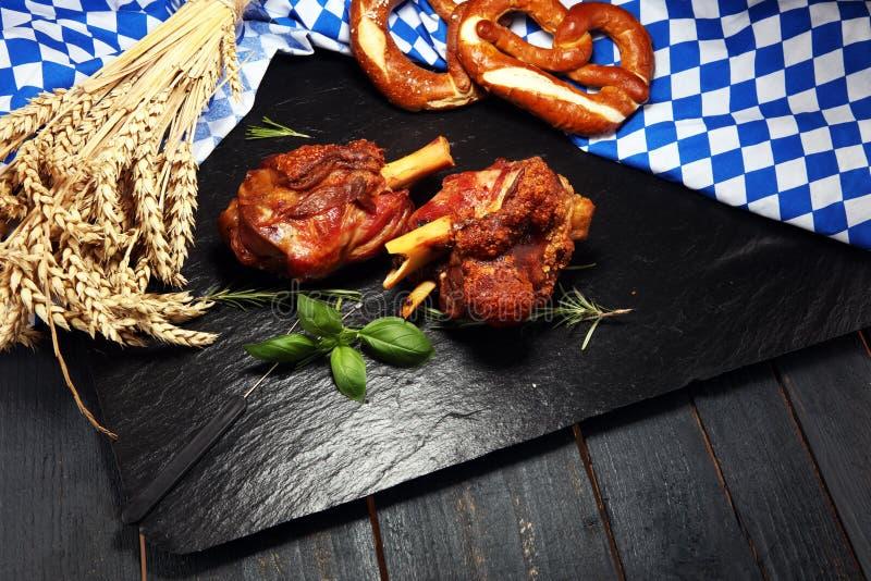 Παραδοσιακή γερμανική κουζίνα, ψημένα Schweinshaxe hock ζαμπόν και pretzels στοκ φωτογραφία με δικαίωμα ελεύθερης χρήσης
