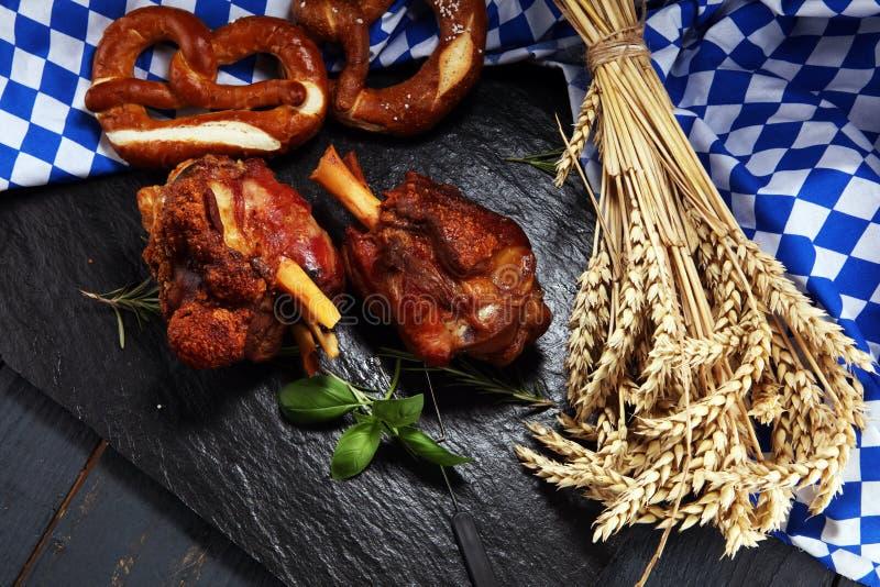 Παραδοσιακή γερμανική κουζίνα, ψημένα Schweinshaxe hock ζαμπόν και pretzels στοκ φωτογραφίες