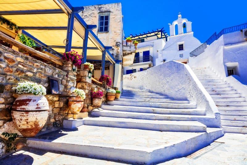 Παραδοσιακή Ελλάδα - γοητευτικές floral οδοί με τα tavernas, Naxo στοκ φωτογραφία
