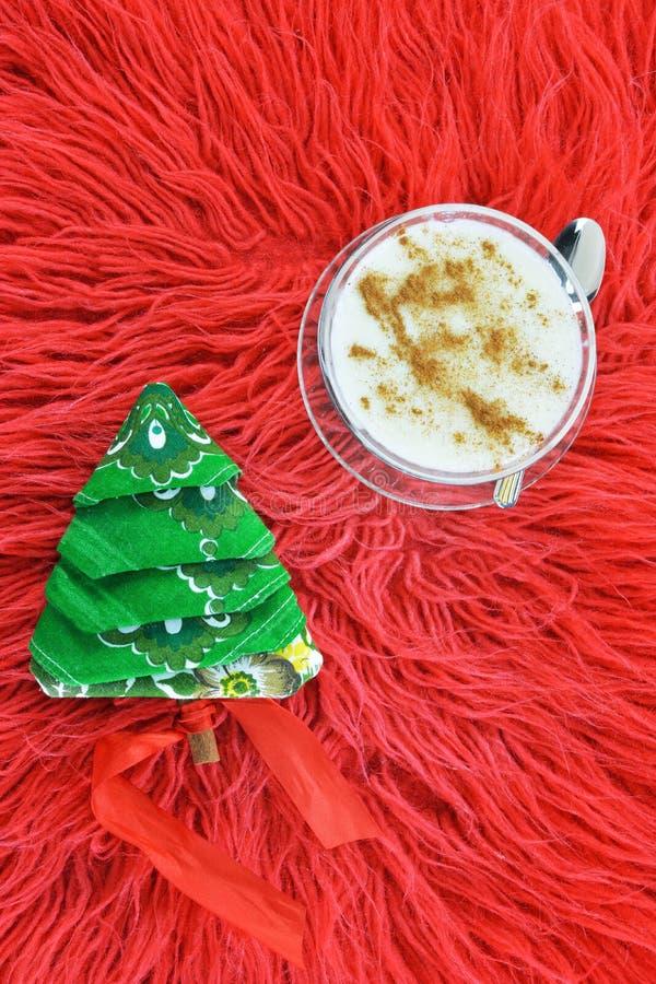 Παραδοσιακή ελληνική πουτίγκα ρυζιού και χαρτοπετσέτα διπλωμένη ως χριστουγεννιάτικο δέντρο στοκ φωτογραφίες
