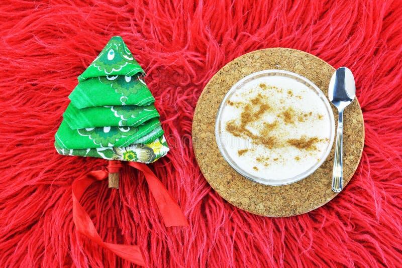 Παραδοσιακή ελληνική πουτίγκα ρυζιού και χαρτοπετσέτα διπλωμένη ως χριστουγεννιάτικο δέντρο στοκ φωτογραφία με δικαίωμα ελεύθερης χρήσης