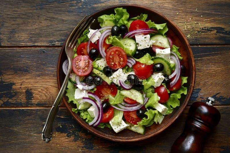 Παραδοσιακή ελληνική σαλάτα με τα λαχανικά και το τυρί φέτας Τοπ άποψη με το διάστημα αντιγράφων στοκ φωτογραφία με δικαίωμα ελεύθερης χρήσης
