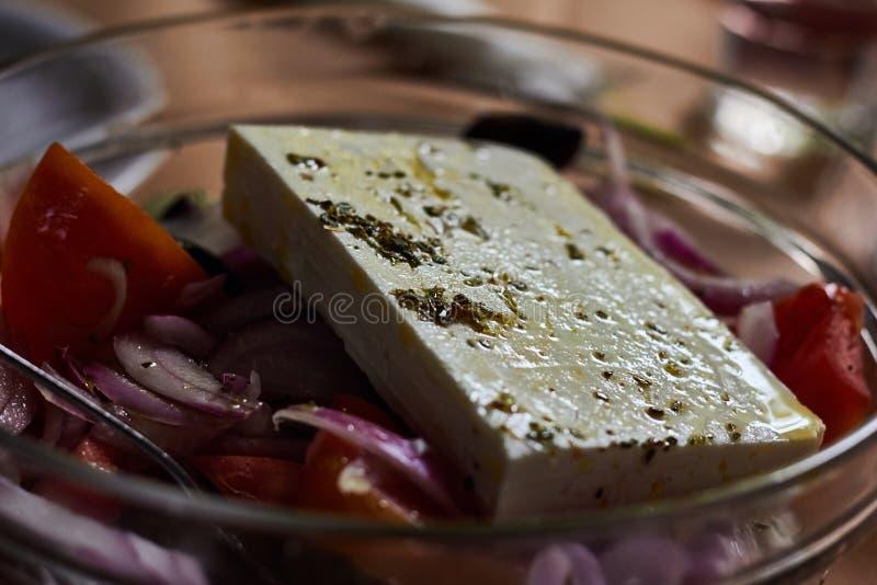 Παραδοσιακή ελληνική σαλάτα με τα λαχανικά, τις ελιές και το τυρί φέτας στοκ εικόνες