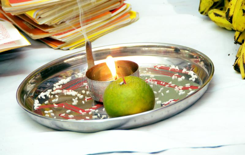 Παραδοσιακή θρησκευτική λατρεία Puja Thali στο γάμο στοκ φωτογραφίες με δικαίωμα ελεύθερης χρήσης