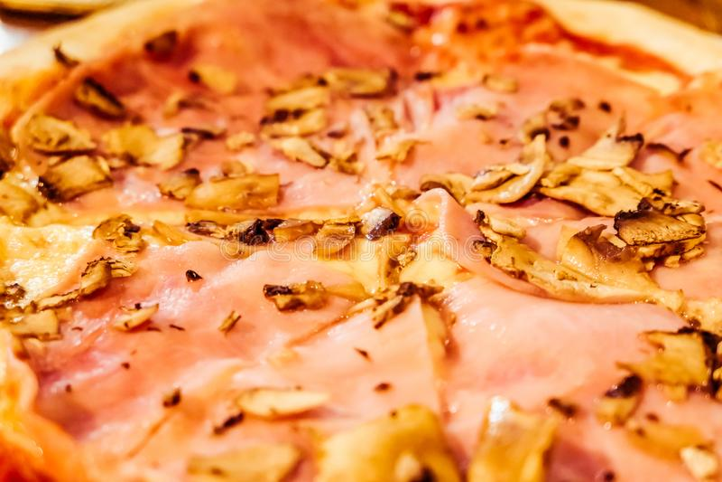 Παραδοσιακή ιταλική πίτσα στο pizzeria στην Ιταλία, γαστρονομική εμπειρία στοκ φωτογραφία με δικαίωμα ελεύθερης χρήσης