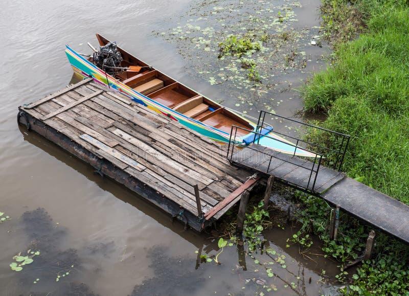 Παραδοσιακή μακριά βάρκα ουρών στο ταϊλανδικό ύφος στοκ φωτογραφία