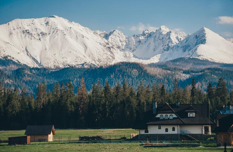Παραδοσιακή ξύλινη αρχιτεκτονική σπιτιών σε Zakopane και το χιονώδες τοπίο βουνών σε Zakopane στοκ φωτογραφίες με δικαίωμα ελεύθερης χρήσης