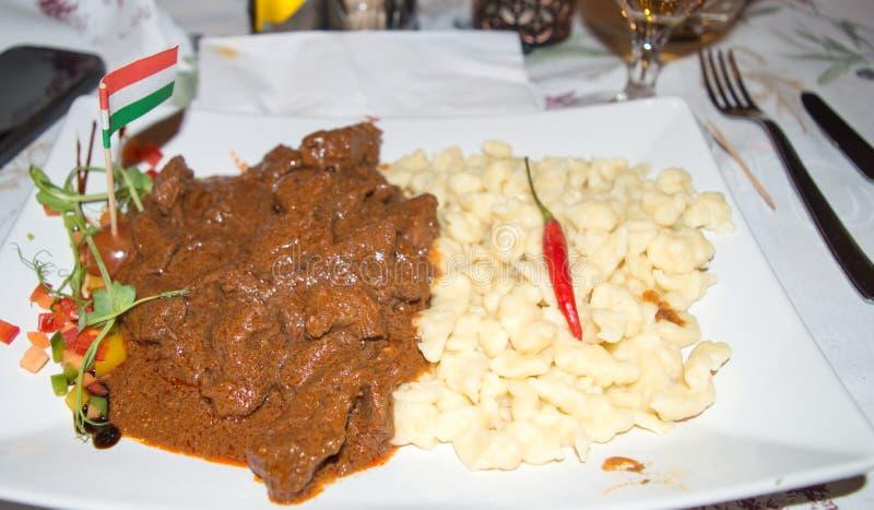 Παραδοσιακή ουγγρική καυτή goulash σούπα με τις μικρές μπουλέττες στοκ εικόνες