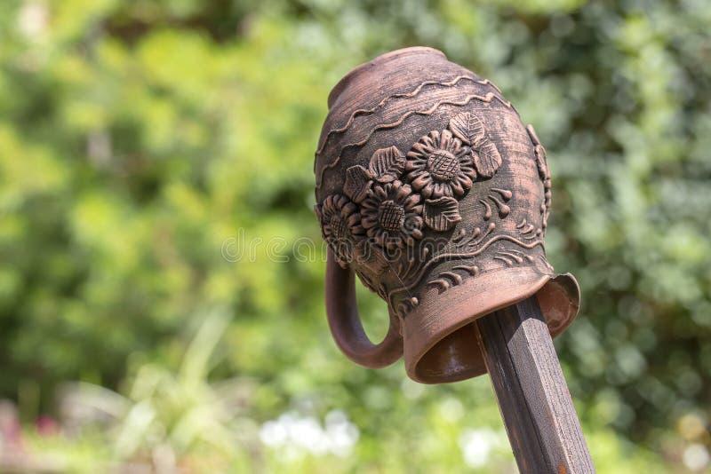 Παραδοσιακή ουκρανική κανάτα αργίλου σε έναν ξύλινο φράκτη στοκ εικόνα