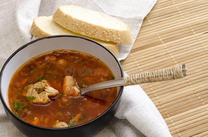 Παραδοσιακή ουκρανική ρωσική φυτική σούπα borscht, με τη σκληρή κρέμα ρόλοι ψωμιού σίκαλης μαϊντανού στοκ εικόνες με δικαίωμα ελεύθερης χρήσης