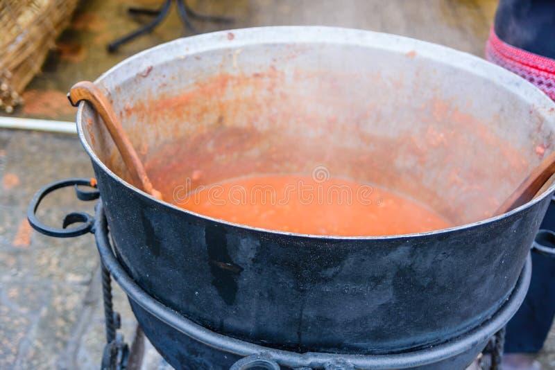 Παραδοσιακή ουκρανική σούπα borscht που μαγειρεύει σε μια μεγάλη κατσαρόλα στοκ φωτογραφίες