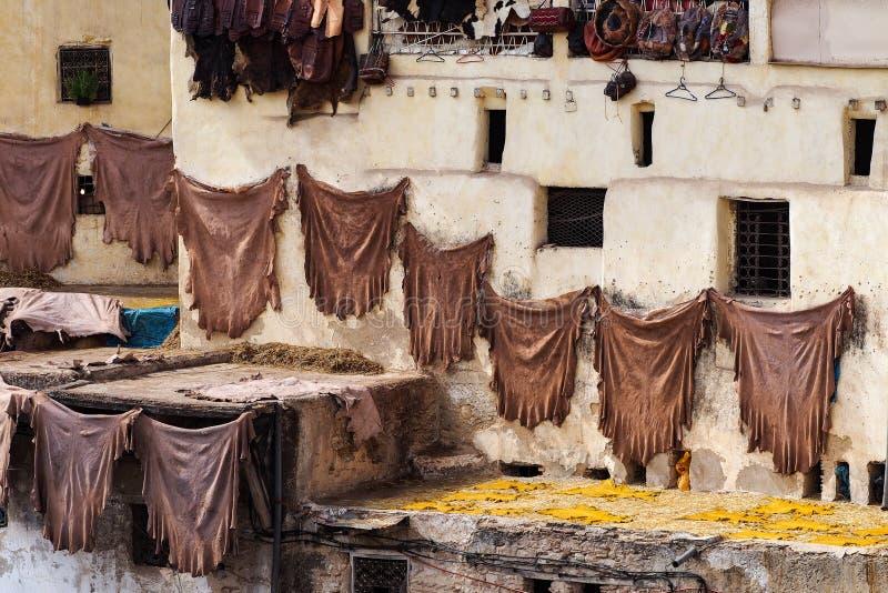 Παραδοσιακή παραγωγή δέρματος στην παλαιά πόλη Fes, Μαρόκο στοκ εικόνες