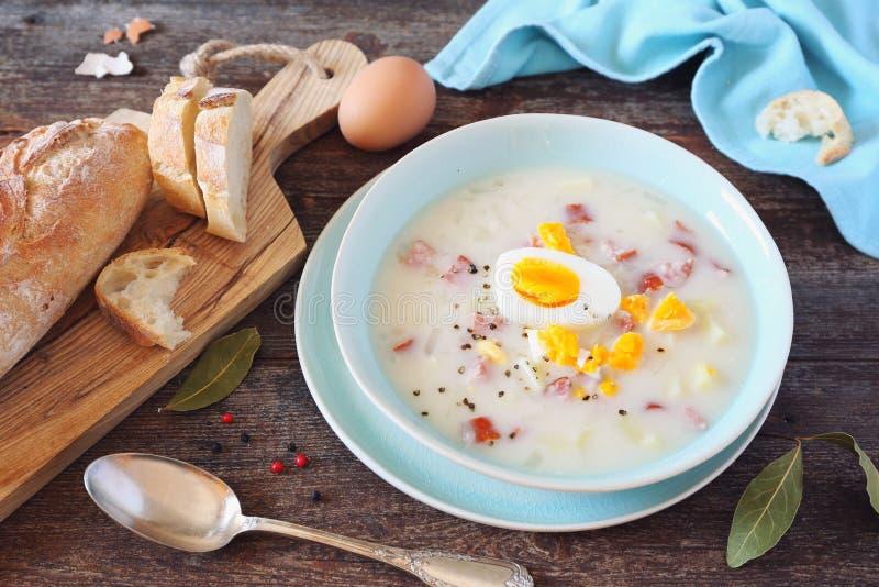 Παραδοσιακή σούπα Zurek στιλβωτικής ουσίας Ξινή σούπα με το λουκάνικο, τις πατάτες και τα αυγά στοκ εικόνα