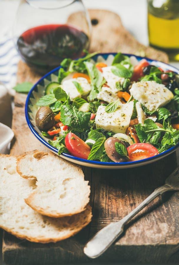 Παραδοσιακή σπιτική ελληνική σαλάτα με το τυρί φέτας και τις ελιές, κινηματογράφηση σε πρώτο πλάνο στοκ φωτογραφία με δικαίωμα ελεύθερης χρήσης