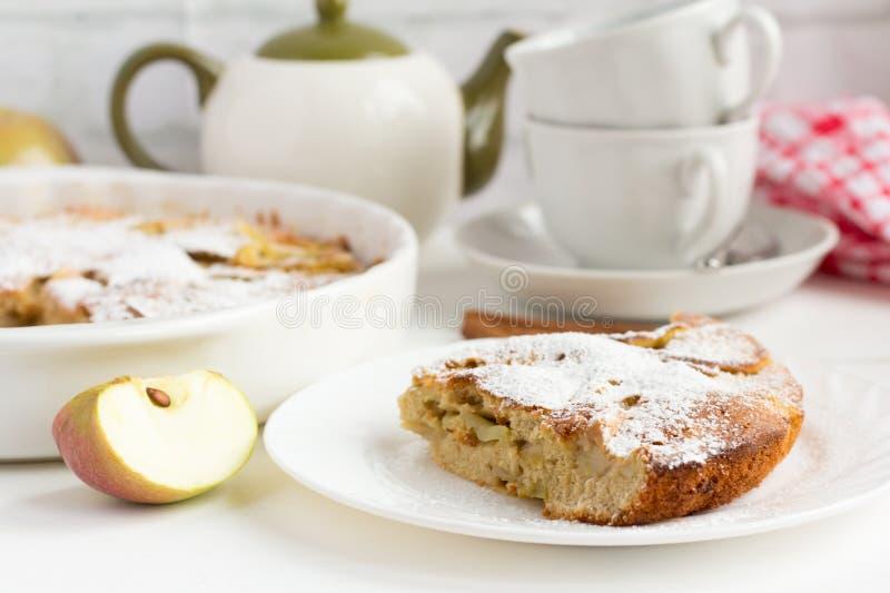 Παραδοσιακή σπιτική πίτα της Apple με τα εργαλεία κανέλας και τσαγιού στον πίνακα στοκ εικόνες με δικαίωμα ελεύθερης χρήσης