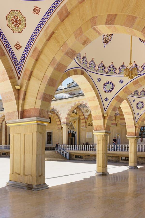 Παραδοσιακή τσετσένια διακόσμηση bustam - χρωματίζοντας στους υπόγειους θαλάμους της θερινής στοάς της καρδιάς μουσουλμανικών τεμ στοκ εικόνες με δικαίωμα ελεύθερης χρήσης