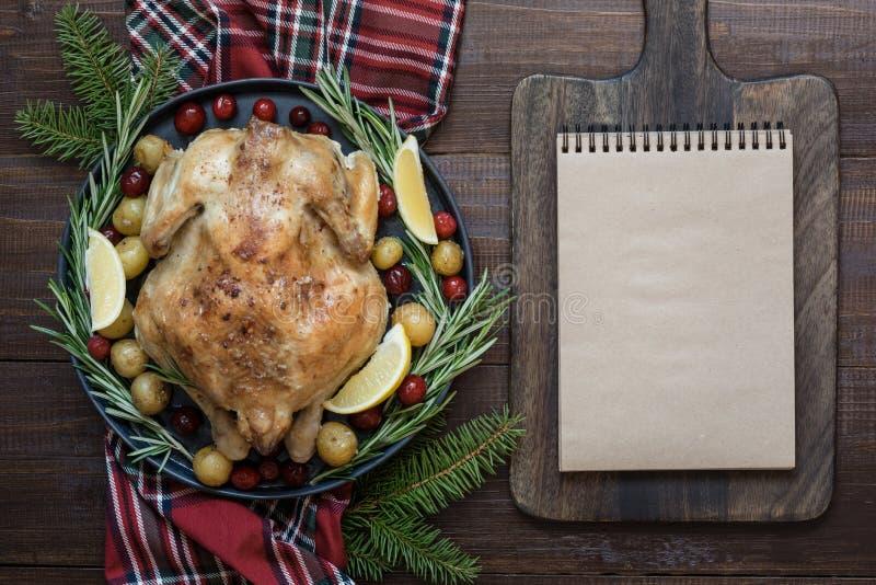 Παραδοσιακή ψημένη Χριστούγεννα Τουρκία με τα καρυκεύματα και δεντρολίβανο στον ξύλινο πίνακα Κενό για τη συνταγή στοκ φωτογραφία με δικαίωμα ελεύθερης χρήσης