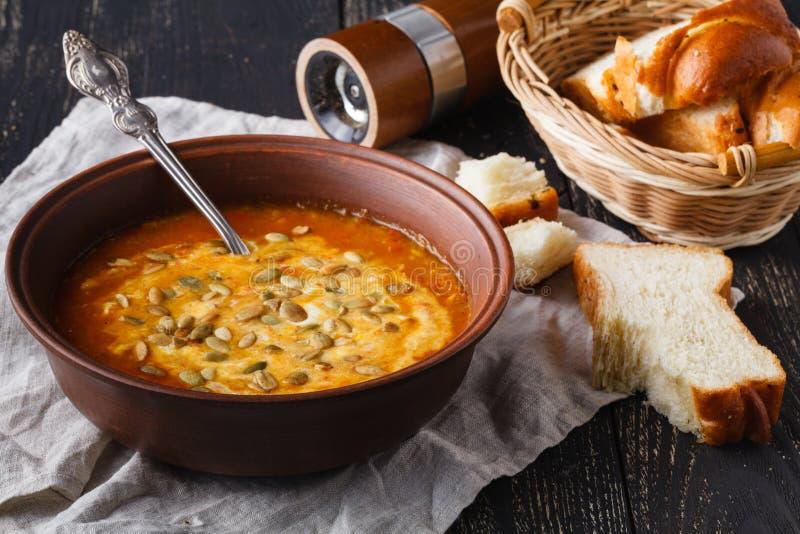 Παραδοσιακή vegaterian σούπα κολοκύθας με το σπόρο στο κύπελλο στοκ εικόνα με δικαίωμα ελεύθερης χρήσης