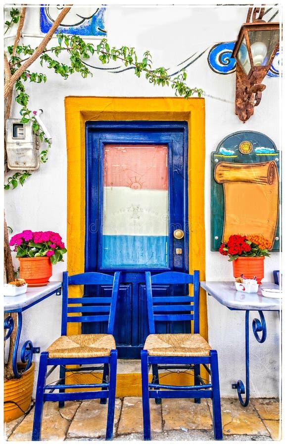 Παραδοσιακοί ζωηρόχρωμοι φραγμοί οδών και tavernas της Ελλάδας στοκ εικόνα