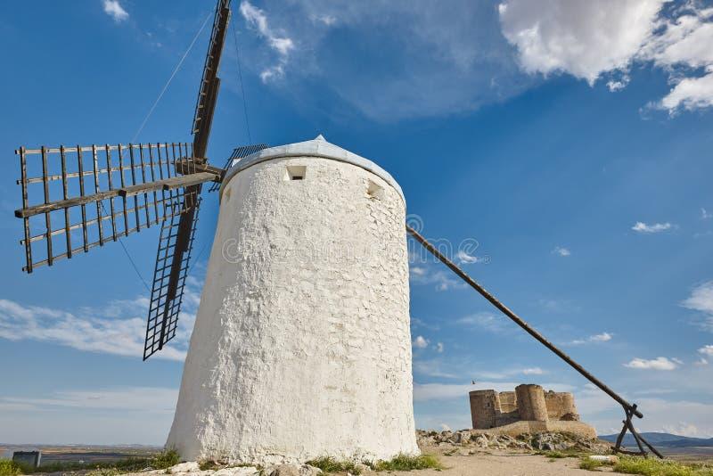 Παραδοσιακοί παλαιοί ανεμόμυλοι και κάστρο στην Ισπανία Τολέδο στοκ εικόνες