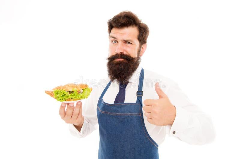 Παραδοσιακός γαλλικός croissant Η γενειοφόρος ποδιά ένδυσης σερβιτόρων ατόμων φέρνει το πιάτο με το πιάτο Εύγευστος croissant Ένν στοκ φωτογραφία με δικαίωμα ελεύθερης χρήσης