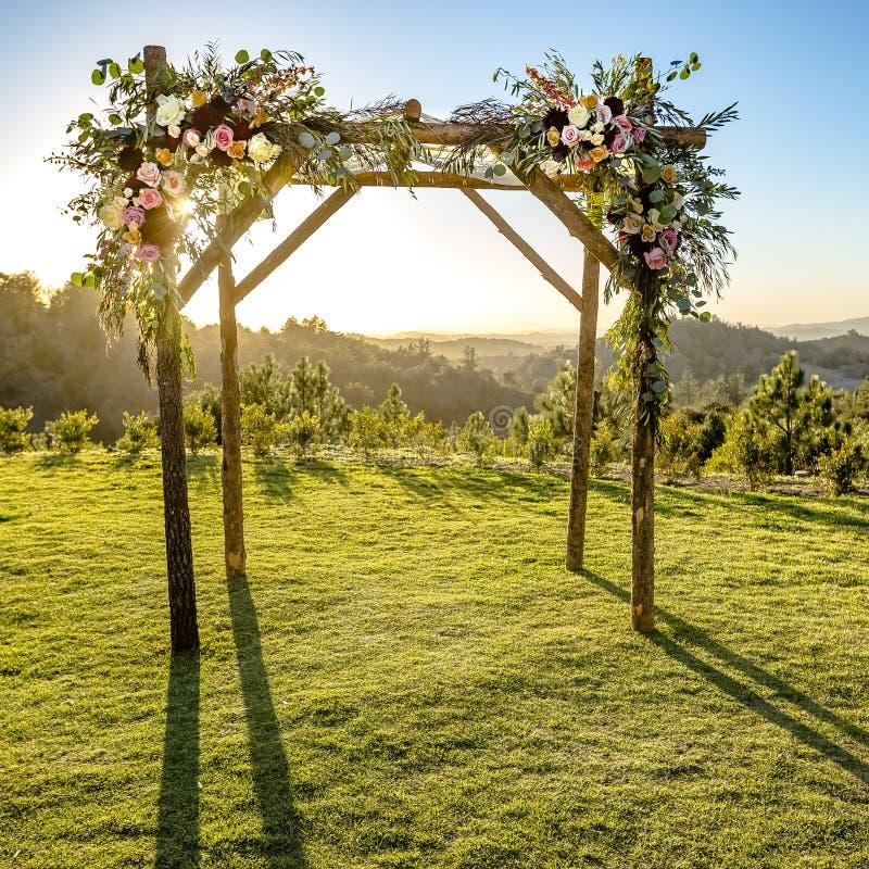 Παραδοσιακός εβραϊκός γάμος με ένα ξύλινο Chuppah στοκ φωτογραφία με δικαίωμα ελεύθερης χρήσης