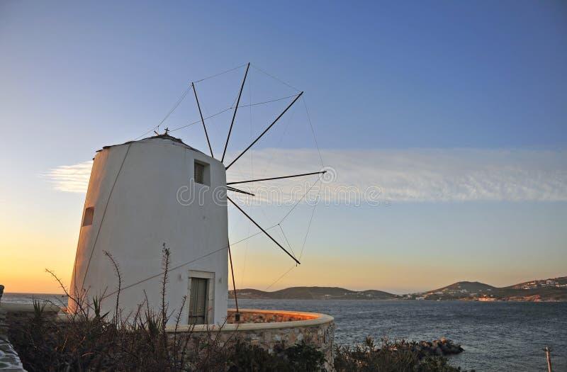 Παραδοσιακός μεσογειακός ελληνικός ανεμόμυλος στο ηλιοβασίλεμα στοκ εικόνες