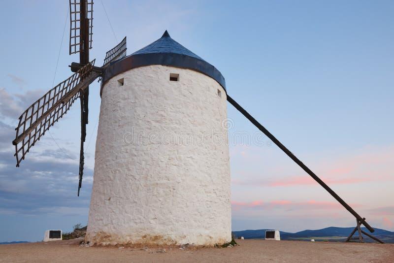 Παραδοσιακός παλαιός ανεμόμυλος στο ηλιοβασίλεμα στην Ισπανία Consuegra, Τολέδο στοκ φωτογραφίες