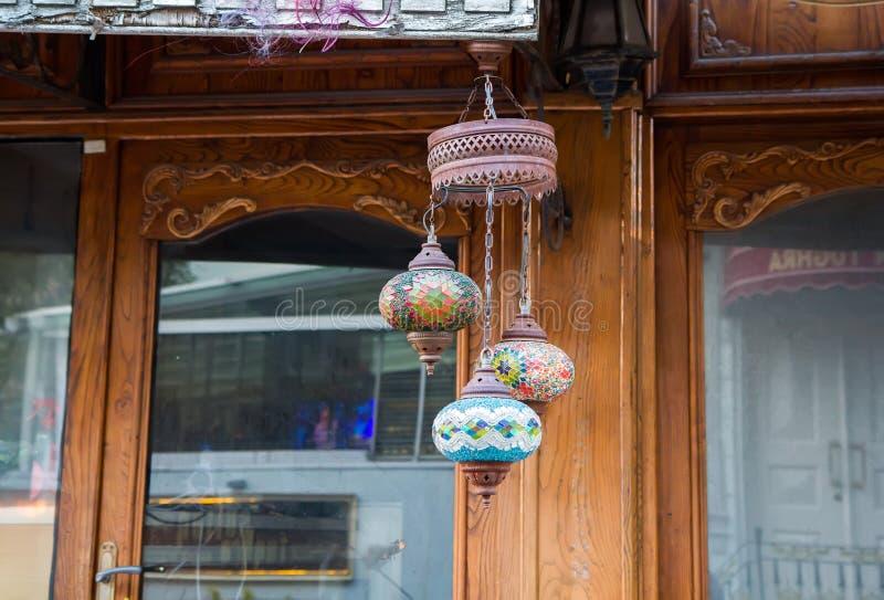 Παραδοσιακός πολύχρωμος αραβικός λαμπτήρας γυαλιού στοκ εικόνες