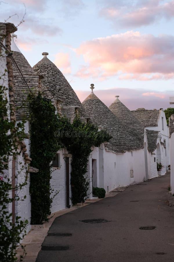 Παραδοσιακός που ασπρίστηκε κωνικός-τα σπίτια στην περιοχή Rione Monti της πόλης Alberobello στην Πούλια, νότια Ιταλία στοκ εικόνα με δικαίωμα ελεύθερης χρήσης