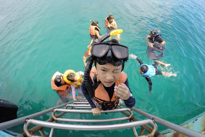 Παραδοσιακός, 20,2018 Ταϊλάνδη-Μαρτίου: Τουρίστες μέχρι τη βάρκα που χρησιμοποιεί τη σκάλα ανοξείδωτου μετά από να κολυμπήσει με  στοκ εικόνα με δικαίωμα ελεύθερης χρήσης