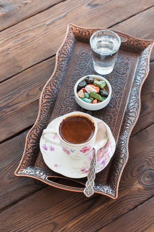 Παραδοσιακός τουρκικός καφές και τουρκική απόλαυση στον εκλεκτής ποιότητας δίσκο ο στοκ εικόνες