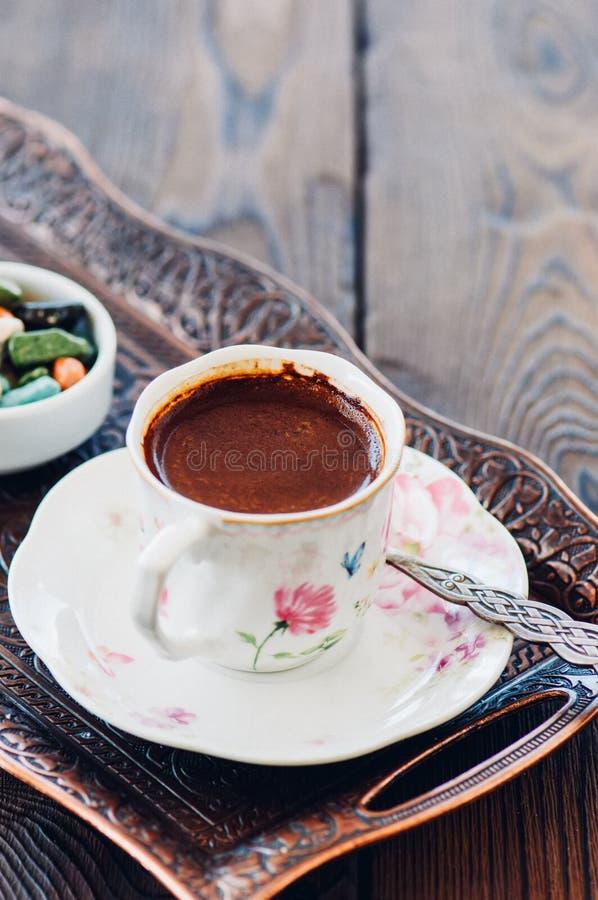 Παραδοσιακός τουρκικός καφές και τουρκική απόλαυση στον εκλεκτής ποιότητας δίσκο ο στοκ φωτογραφίες με δικαίωμα ελεύθερης χρήσης
