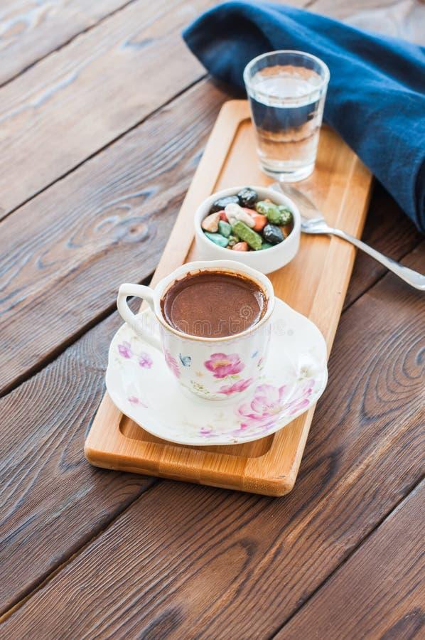 Παραδοσιακός τουρκικός καφές και τουρκική απόλαυση στον ξύλινο δίσκο επάνω στοκ φωτογραφία με δικαίωμα ελεύθερης χρήσης