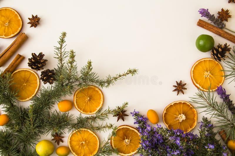Παραδοσιακό αγροτικό υπόβαθρο Χριστουγέννων με το μεσογειακό θέμα: ραβδιά κανέλας, κώνος πεύκων, γλυκάνισο αστεριών, ξηρά πορτοκά στοκ φωτογραφίες με δικαίωμα ελεύθερης χρήσης