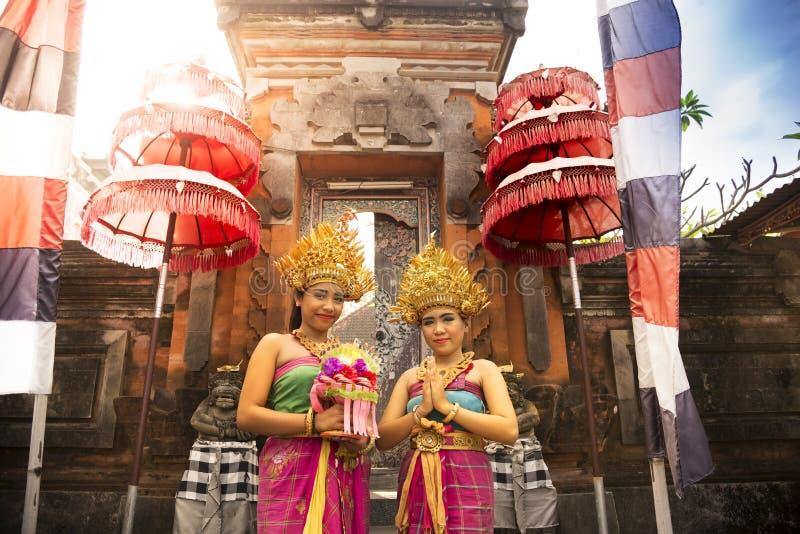 Παραδοσιακό από το Μπαλί ντυμένο κορίτσι δύο στοκ εικόνα με δικαίωμα ελεύθερης χρήσης