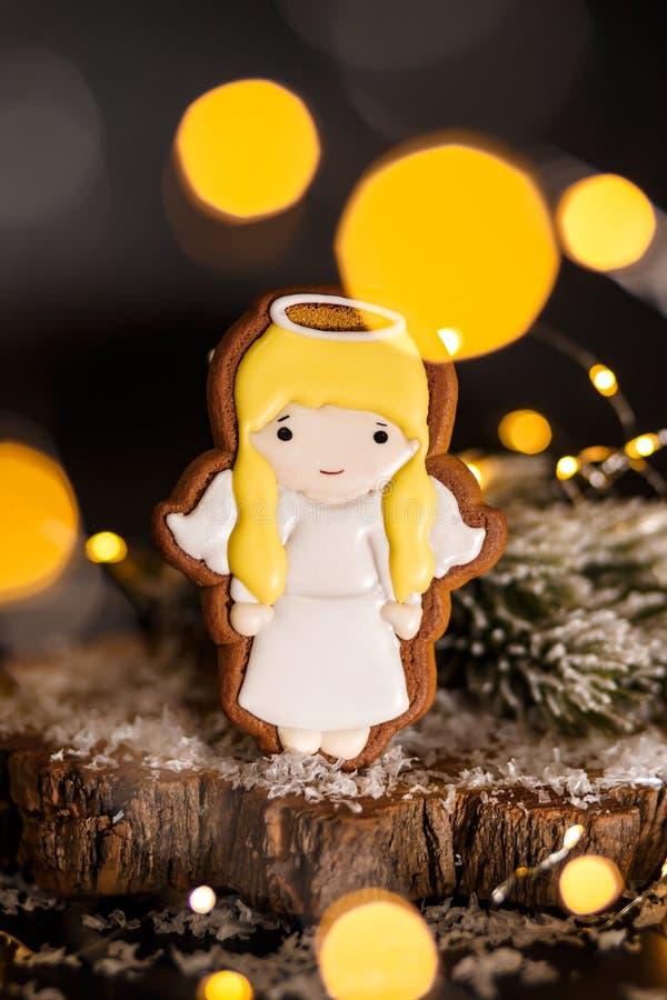 Παραδοσιακό αρτοποιείο τροφίμων διακοπών Μελόψωμο λίγο χαριτωμένο κορίτσι αγγέλου στην άνετη διακόσμηση με τα φω'τα γιρλαντών στοκ εικόνα με δικαίωμα ελεύθερης χρήσης