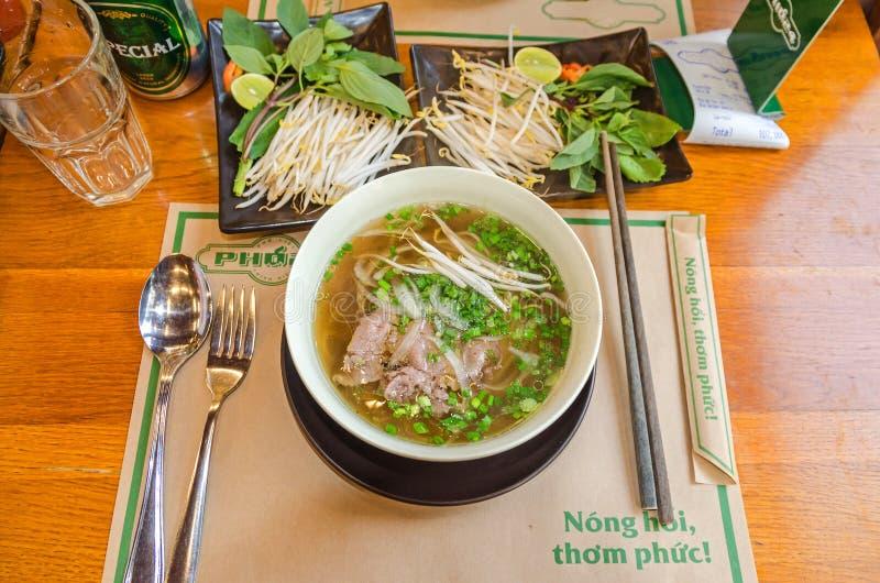 Παραδοσιακό βιετναμέζικο πιάτο Pho - σούπα νουντλς με το κρέας, τους νεα στοκ εικόνα με δικαίωμα ελεύθερης χρήσης