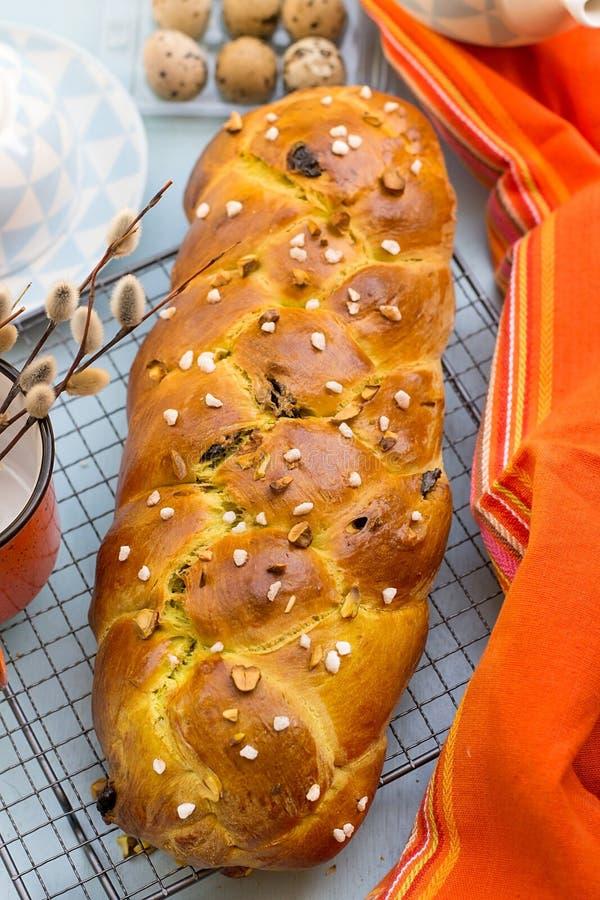 Παραδοσιακό βουλγαρικό γλυκό Πάσχα ψωμί Kozunak με τα καρύδια φυστικιών στοκ εικόνες