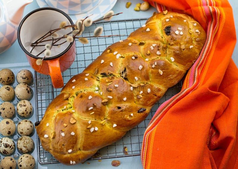 Παραδοσιακό βουλγαρικό γλυκό Πάσχα ψωμί Kozunak με τα καρύδια φυστικιών στοκ φωτογραφίες