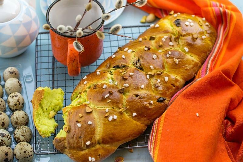 Παραδοσιακό βουλγαρικό γλυκό Πάσχα ψωμί Kozunak με τα καρύδια φυστικιών στοκ φωτογραφίες με δικαίωμα ελεύθερης χρήσης