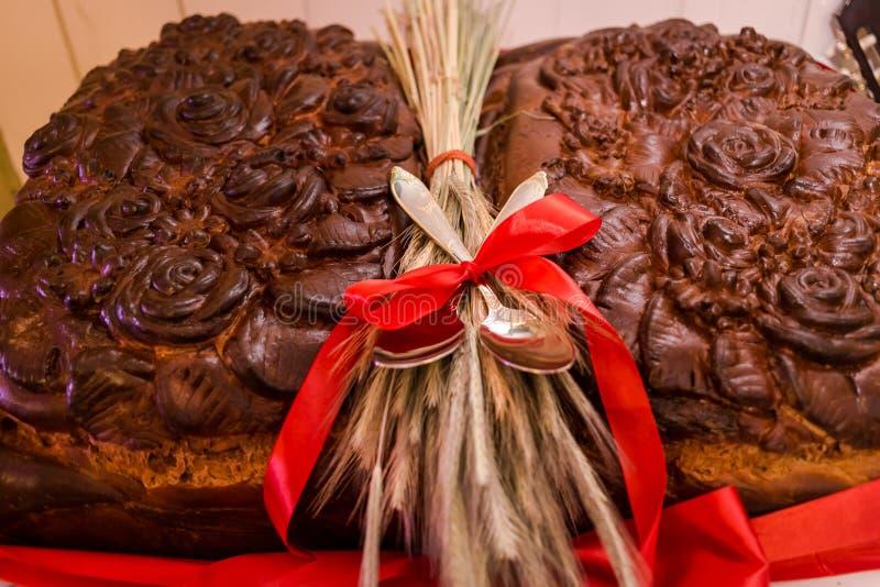 Παραδοσιακό γαμήλιο ουκρανικό ψωμί Korovai με τα λουλούδια, γάμος στοκ εικόνα με δικαίωμα ελεύθερης χρήσης