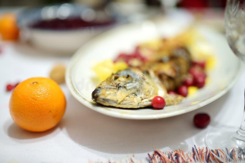 Παραδοσιακό γεύμα Παραμονής Χριστουγέννων στη Λιθουανία, που πραγματοποιείται στον εικοστό τέταρτο του Δεκεμβρίου στοκ εικόνες με δικαίωμα ελεύθερης χρήσης