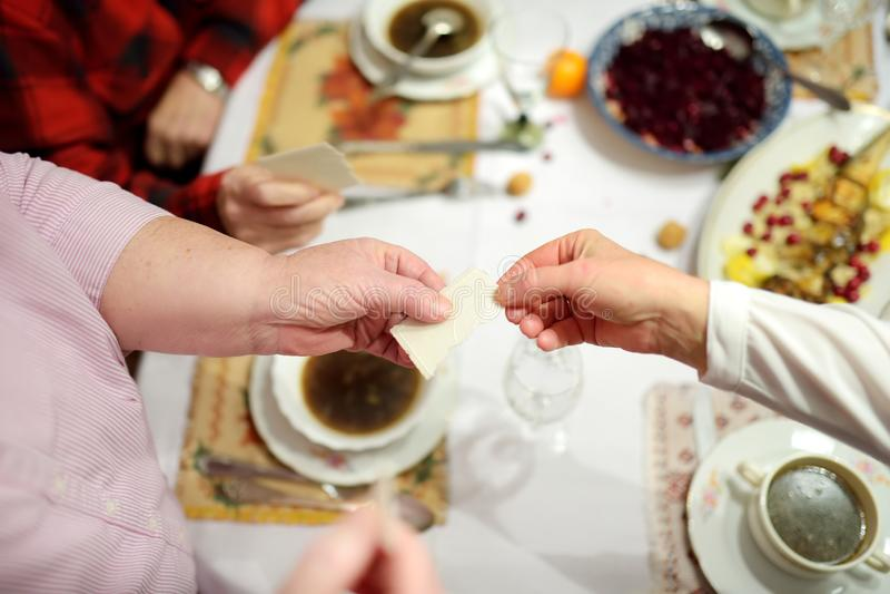 Παραδοσιακό γεύμα Παραμονής Χριστουγέννων στη Λιθουανία, που πραγματοποιείται στον εικοστό τέταρτο του Δεκεμβρίου στοκ εικόνα με δικαίωμα ελεύθερης χρήσης