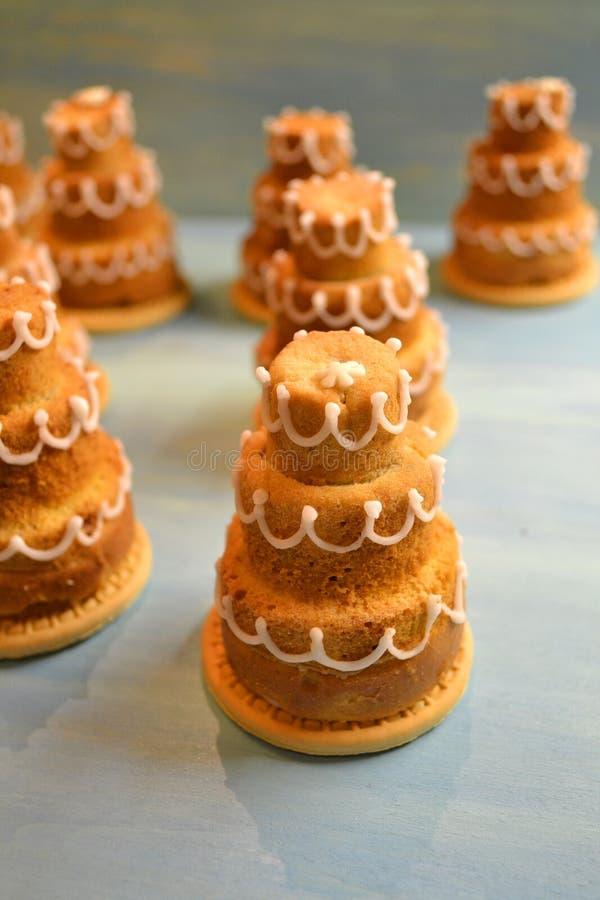 Παραδοσιακό διάφορο cupcakes ή muffin στο μπλε υπόβαθρο Διακόσμηση γαμήλιων  στοκ φωτογραφία