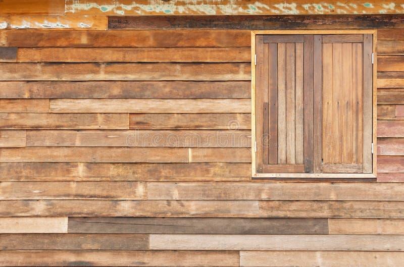 Παραδοσιακό διπλό ξύλινο παράθυρο στο παλαιό ξύλο σανίδων στο vintag στοκ φωτογραφία