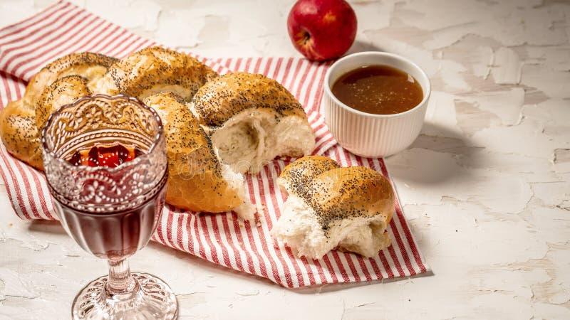 Παραδοσιακό εβραϊκό καφετί challah ψωμιού στο άσπρο ξύλινο υπόβαθρο με τα φρούτα και το μέλι Brioche ψωμί στον πίνακα προγευμάτων στοκ φωτογραφίες με δικαίωμα ελεύθερης χρήσης