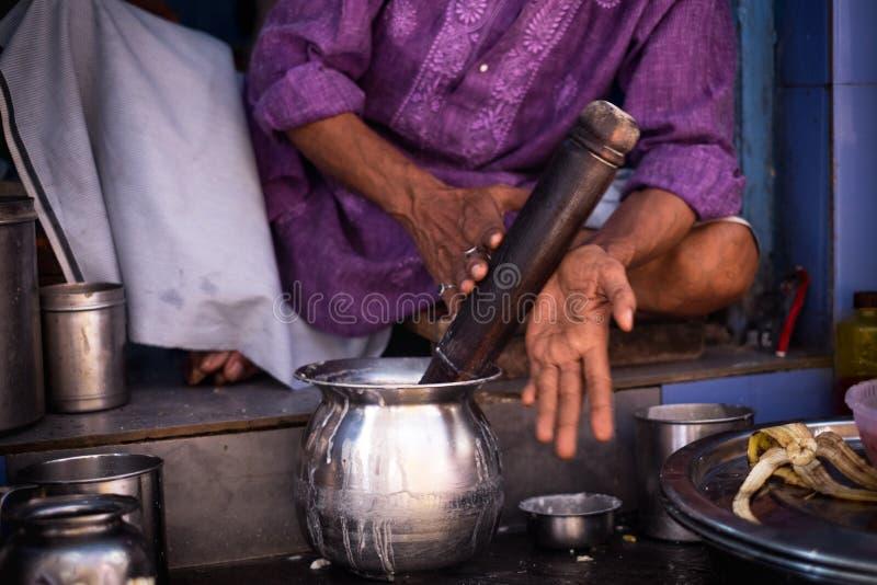 Παραδοσιακό ινδικό ποτό αποκαλούμενο lassie Φρέσκα ποτά Youghurt Προετοιμαστείτε του lassi ποτών στοκ φωτογραφία